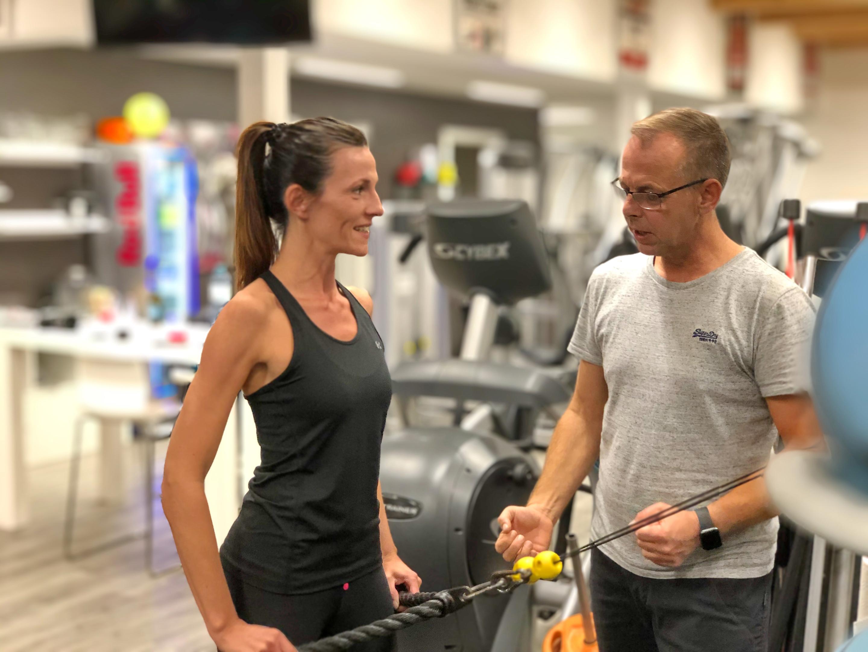 Schweizer zeigt Übungen für die Rumpfmuskulatur