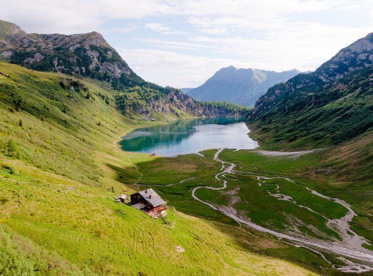 Der tiefblaue Tappenkarsee eingebettet im Grün der Tauern möchte bei 9 Plätze, 9 Schätze gewinnen