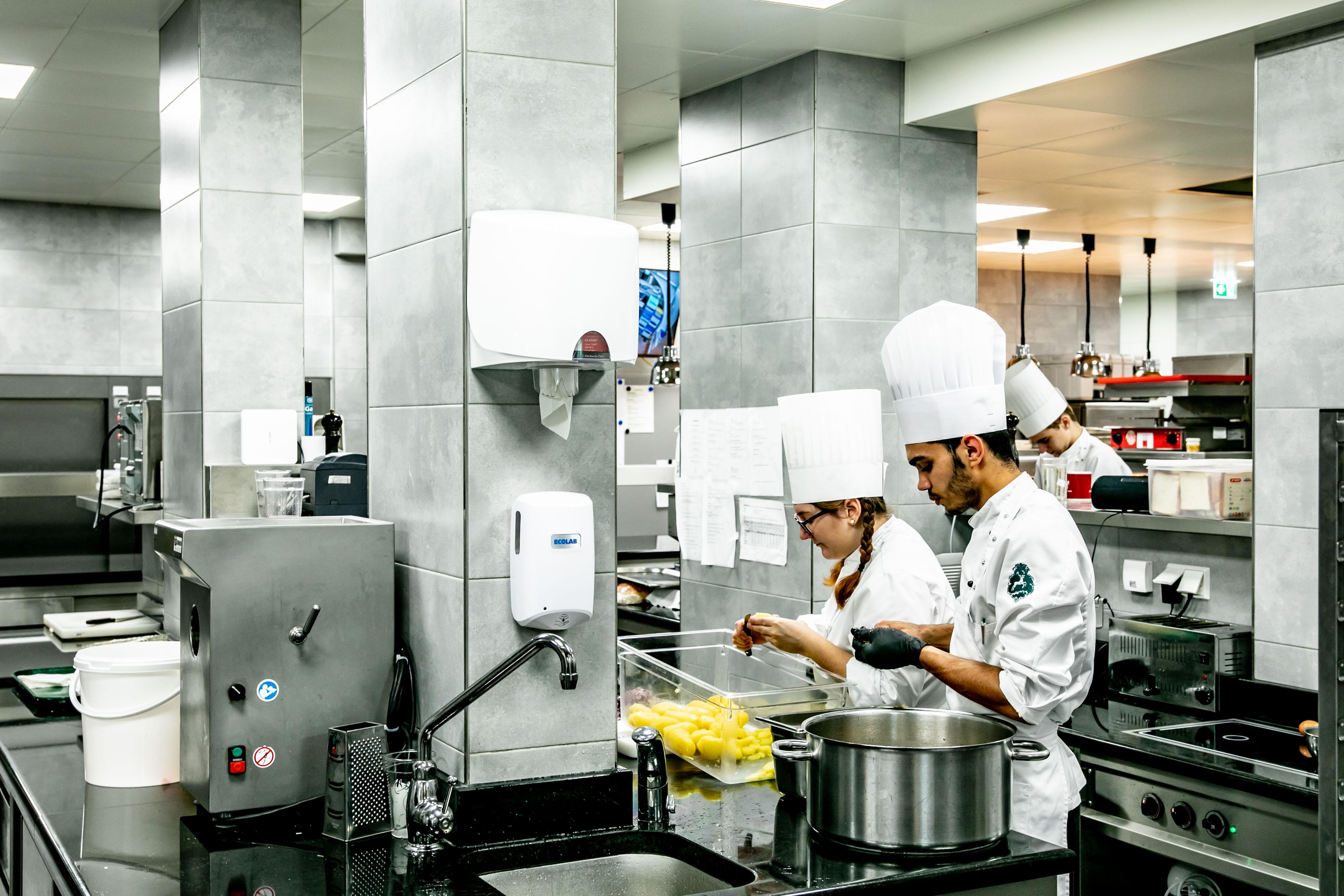 Modernste großzügige Küchentechnik.  ©www.wildbild.at