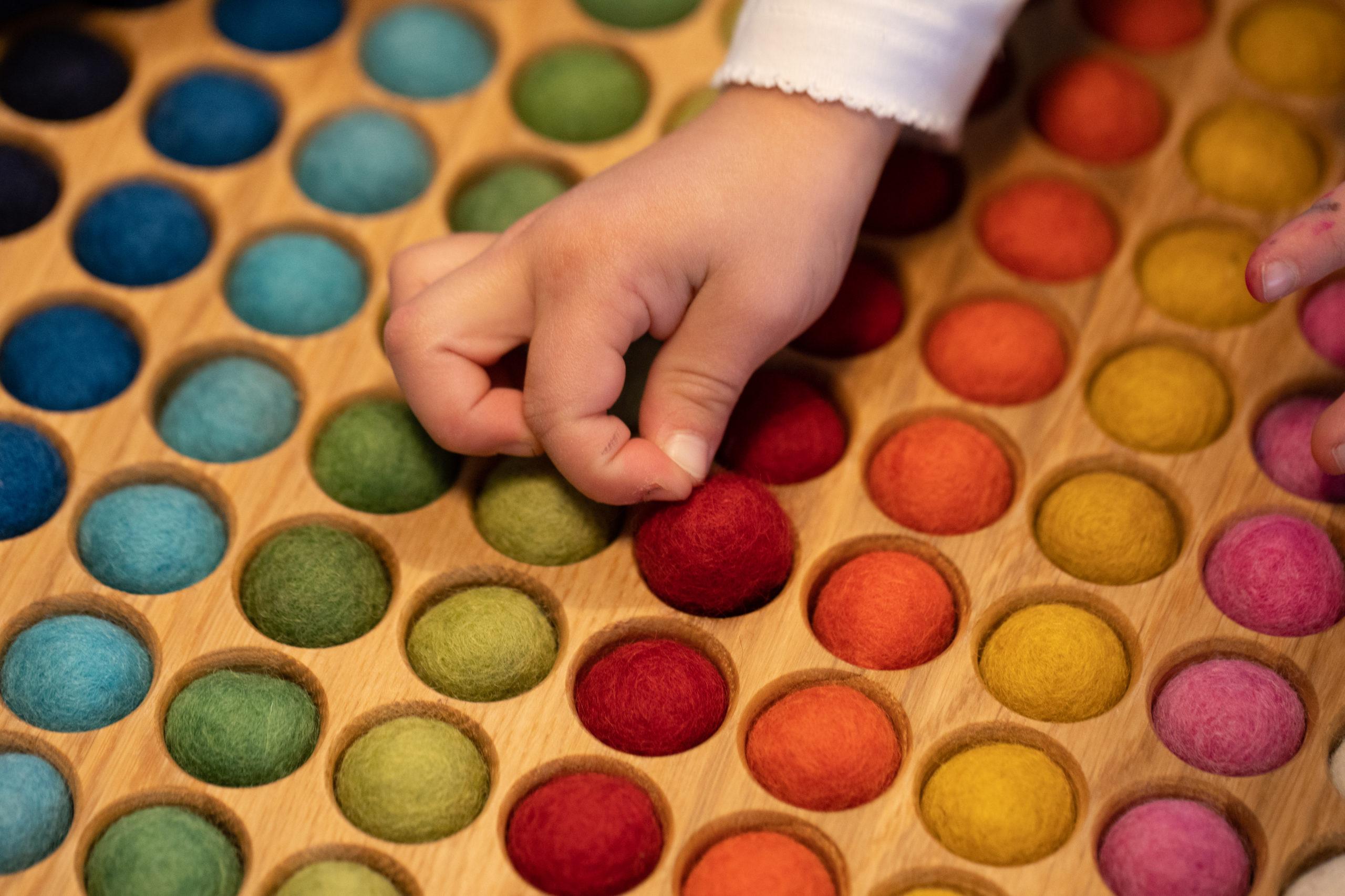 © Romanswerk – das Farbenspiel fördert u.a. die Kreativität und die Feinmotorik bei Kindern und Erwachsenen
