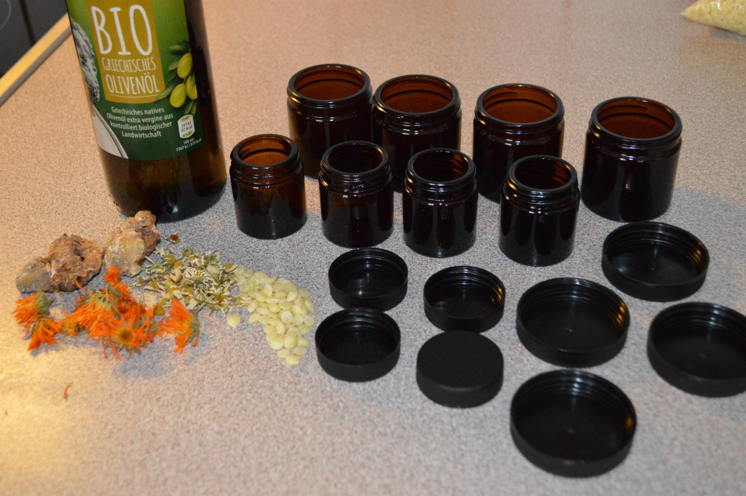 Die Cremen und Salben werden in dunkle Gläschen gefüllt