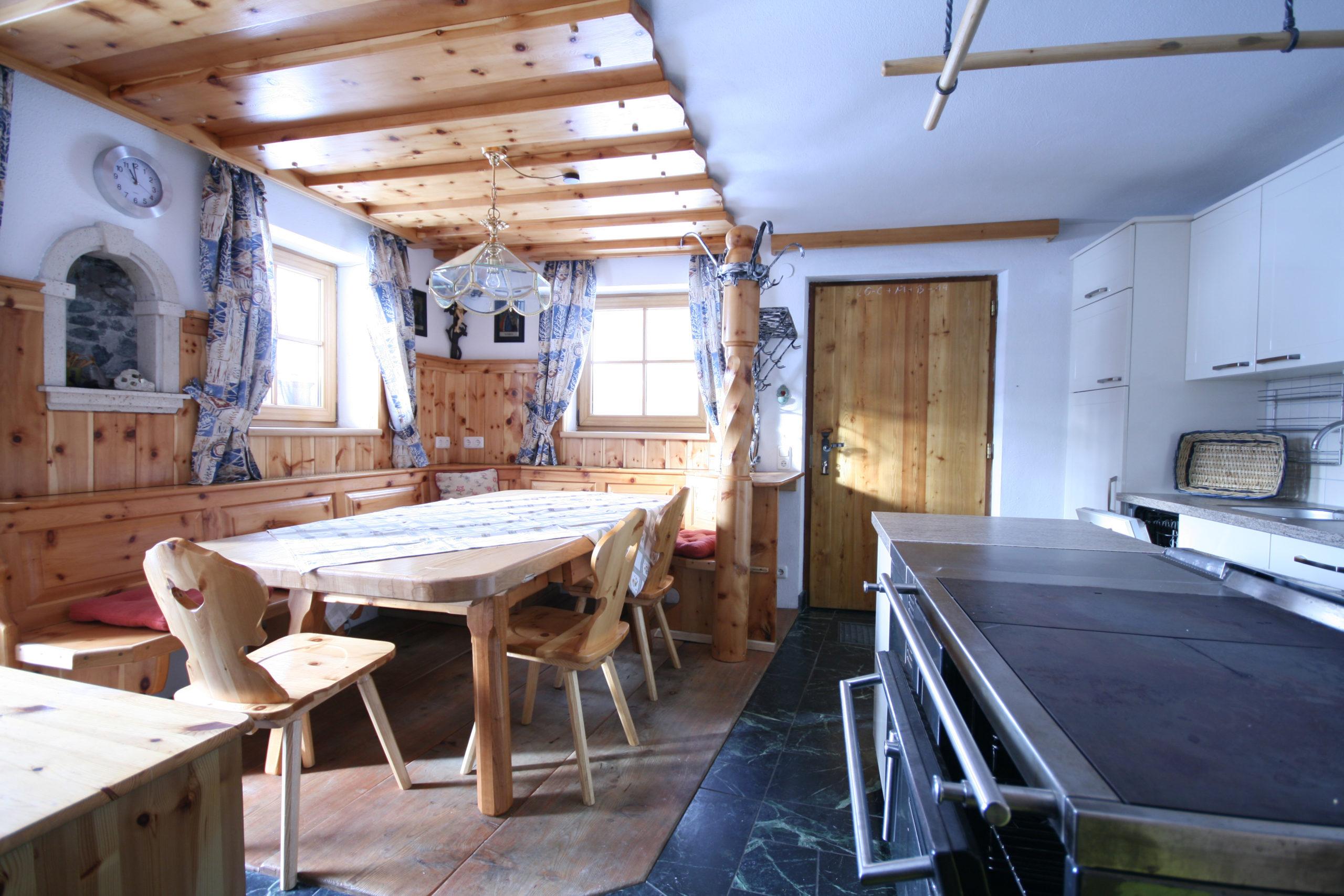 © Almliesl / Küche mit großem Esstisch und Holzofen
