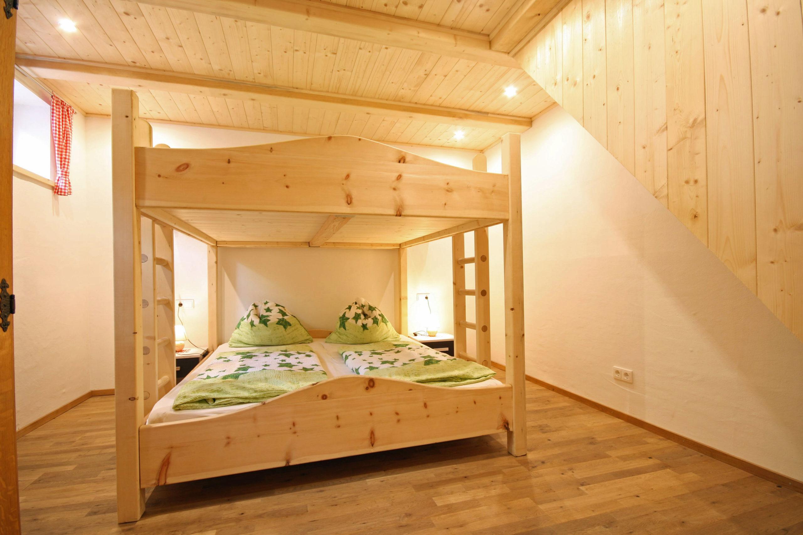 © Almliesl / Schlafzimmer mit Doppel-Hochbett
