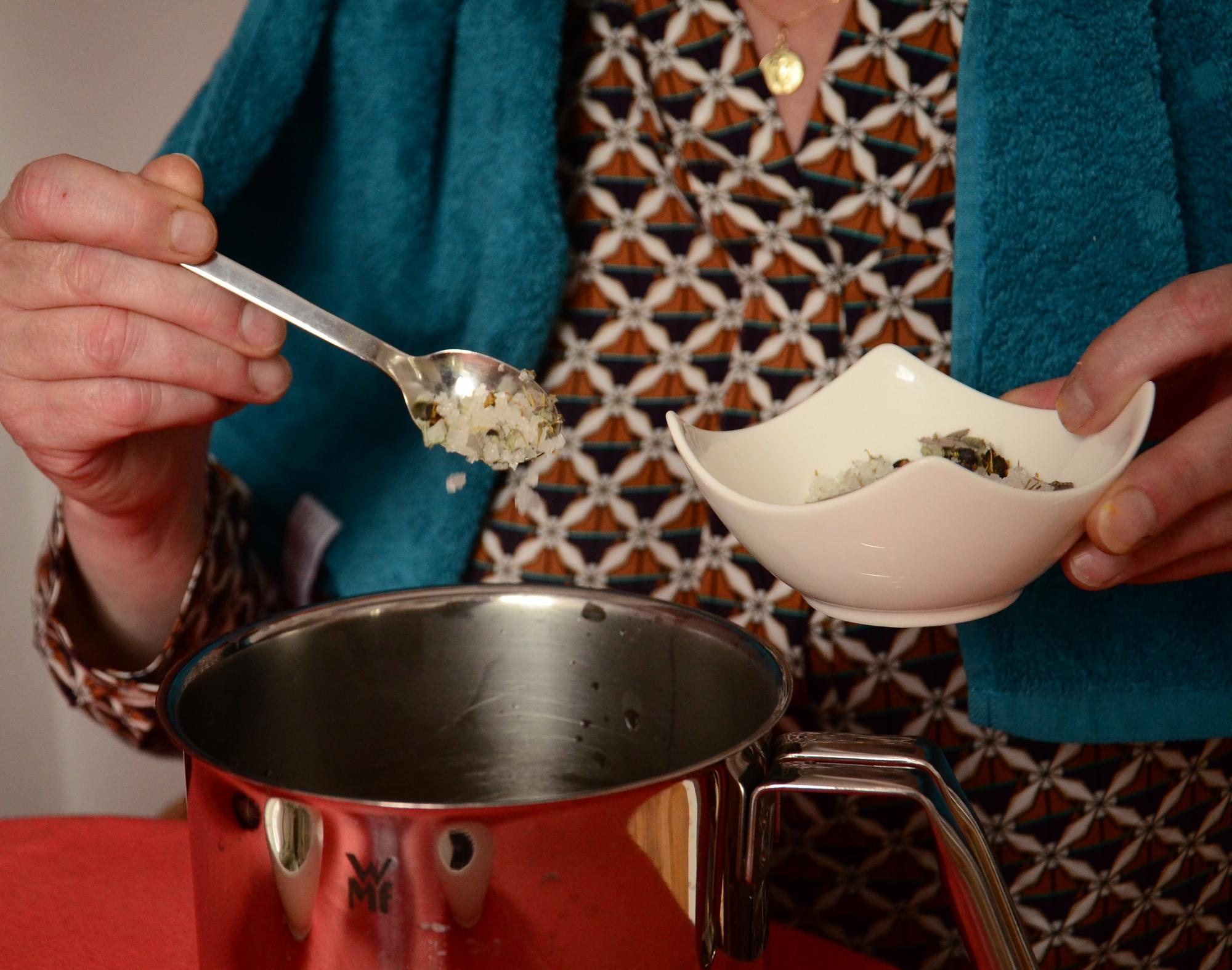 Inhalieren mit einer Kräuter-Beeren-Salz-Mischung