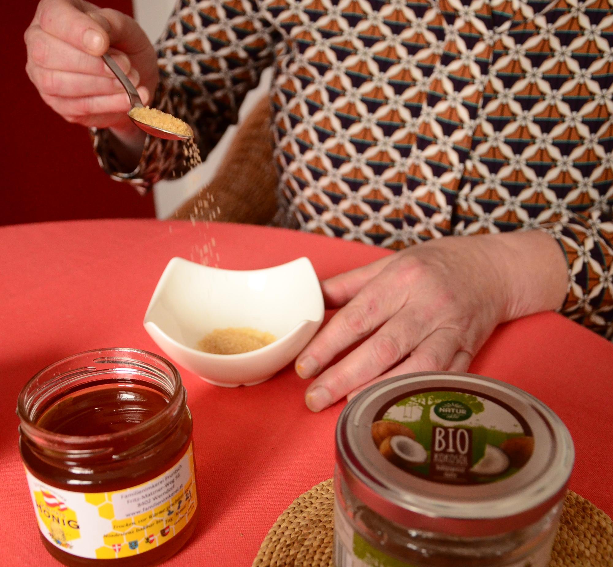 Honig, brauner Zucker und Kokosfett pflegen raue Lippen