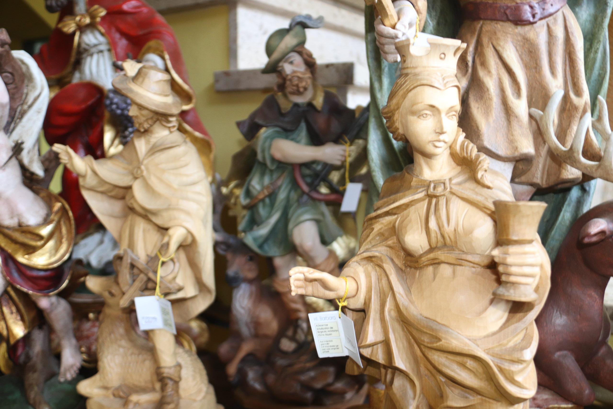 © SalzburgerLand Tourismus, Martina Egger – Kemperling Mattsee, verschiedenste Holzschnitzfiguren