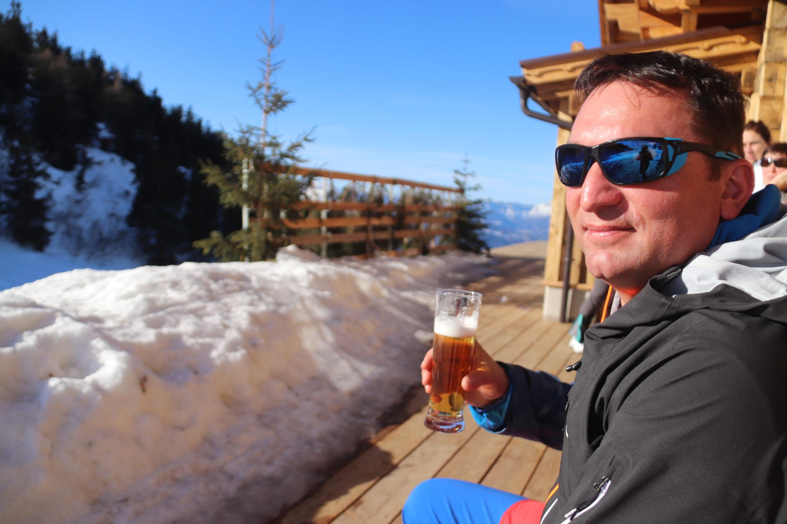 © SalzburgerLand Tourismus, Martina Egger. Ein Stammgast genießt nach der Skitour Sonne und Bier auf der Enzian-Hütte