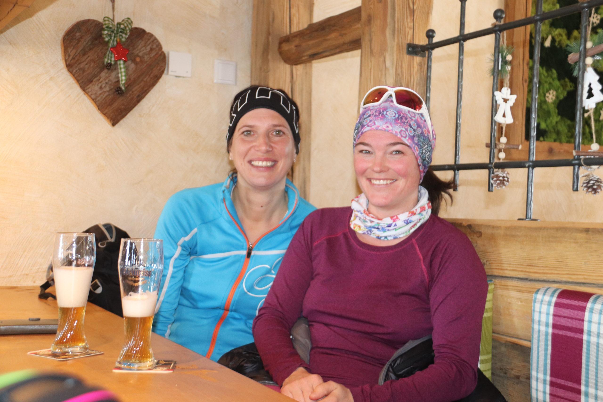 © SalzburgerLand Tourismus, Martina Egger. Nach der Damen-Skitour gibt es eine nette Einkehr auf der Enzian-Hütte am Trattberg
