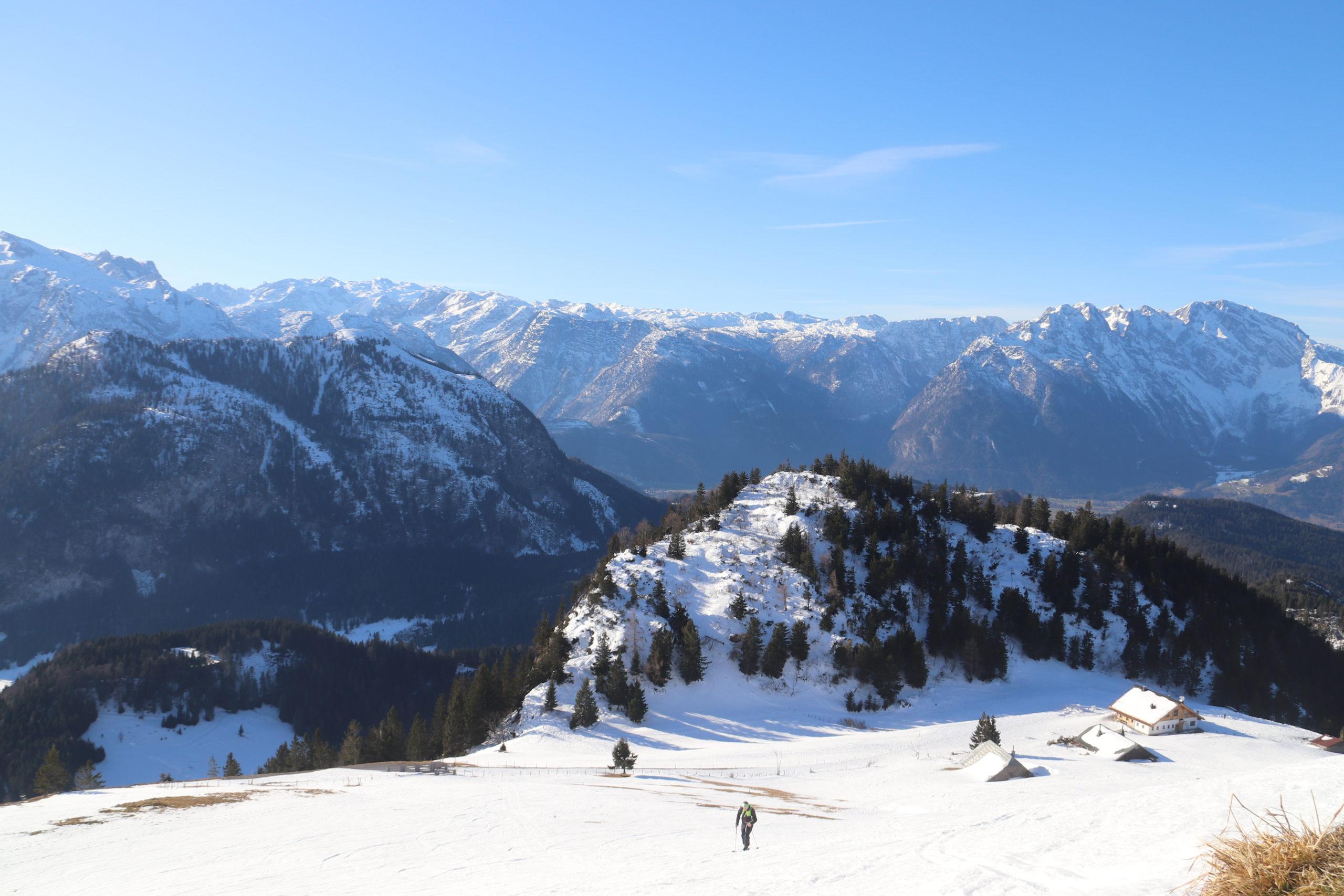 © SalzburgerLand Tourismus, Martina Egger. Ab der Waldgrenze bei der Einzian-Hütte gehts weiter über das verschneite Almgebiet auf den Trattberg-Gipfel