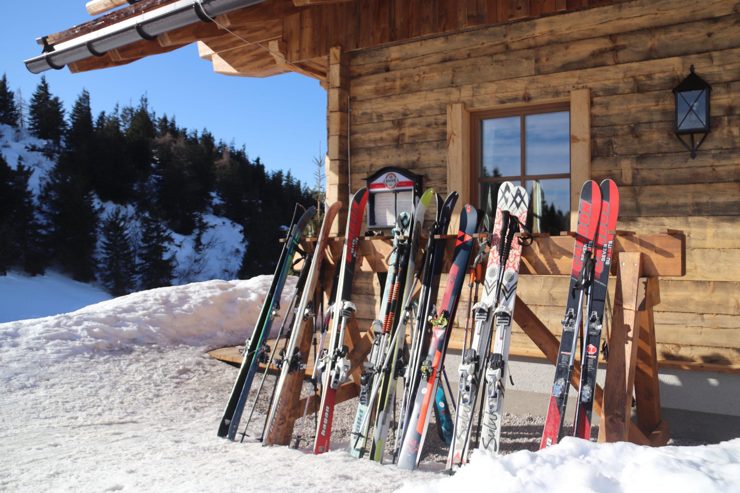 © SalzburgerLand Tourismus, Martina Egger. Nach der Skitour auf den Trattberg die Einkehr auf der Enzian-Hütte genießen