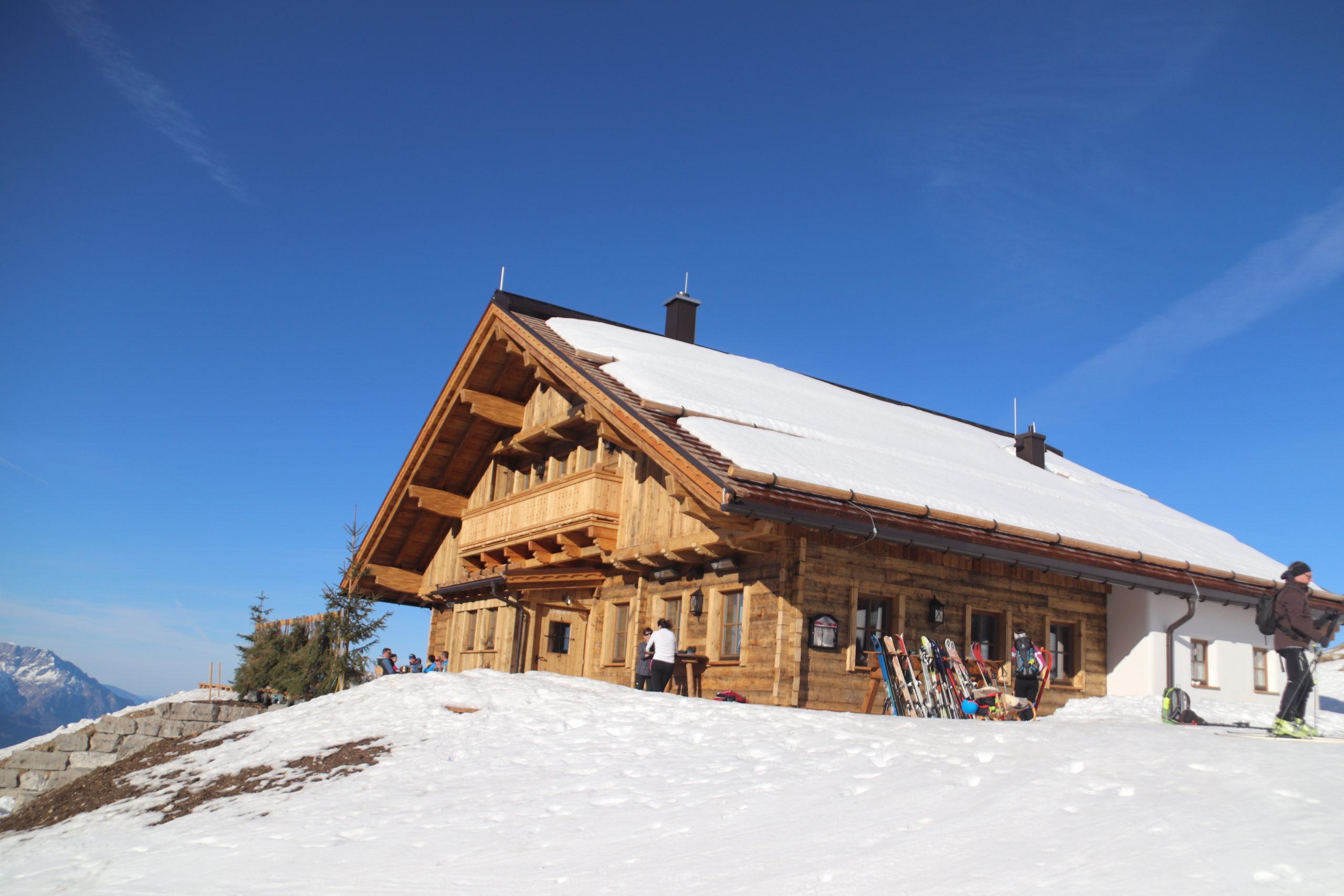 © SalzburgerLand Tourismus, Martina Egger. Nach der Skitour auf den Trattberg wird auf der Enzian-Hütte eingekehrt
