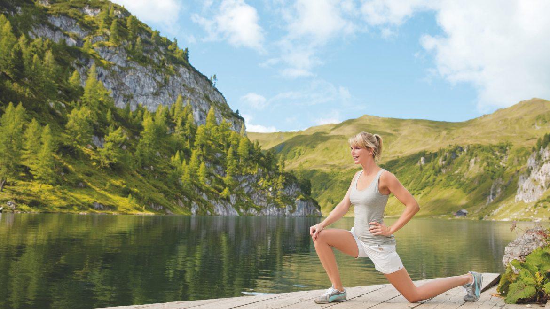 Alpine Wellness: Yoga am Holzsteg am See, umgeben von Bergen
