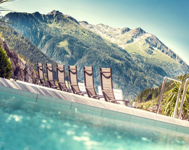 Liegestühle der Felsentherme Bad Gastein mit Blick auf die Berge
