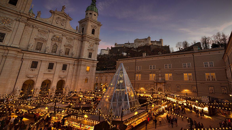Weihnachtsbeleuchtung und beleuchtete Stände am Domplatz in Salzburg