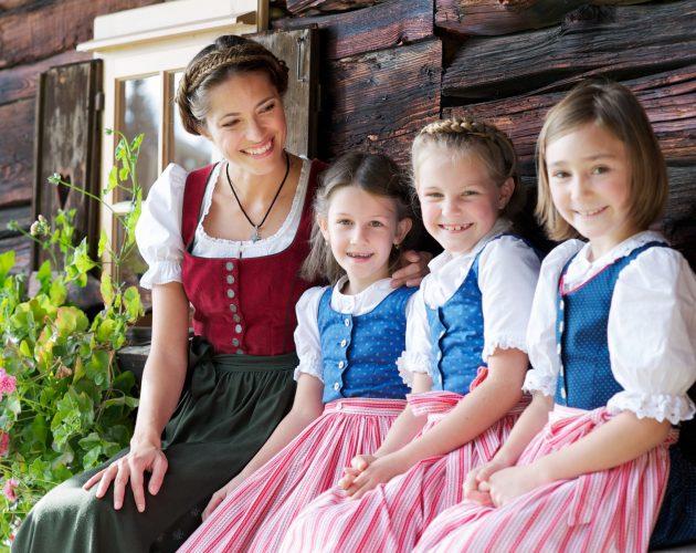 Frau mit drei Mädchen im Dirndl
