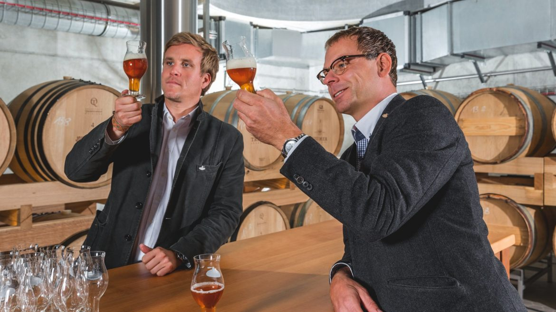 Zwei Männer trinken Bier in der Trumer Brauerei