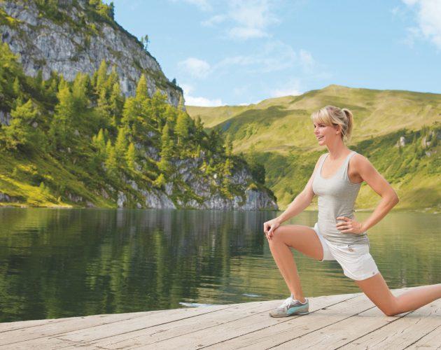 Frau in Yogastellung am Holzsteg beim Tappenkarsee