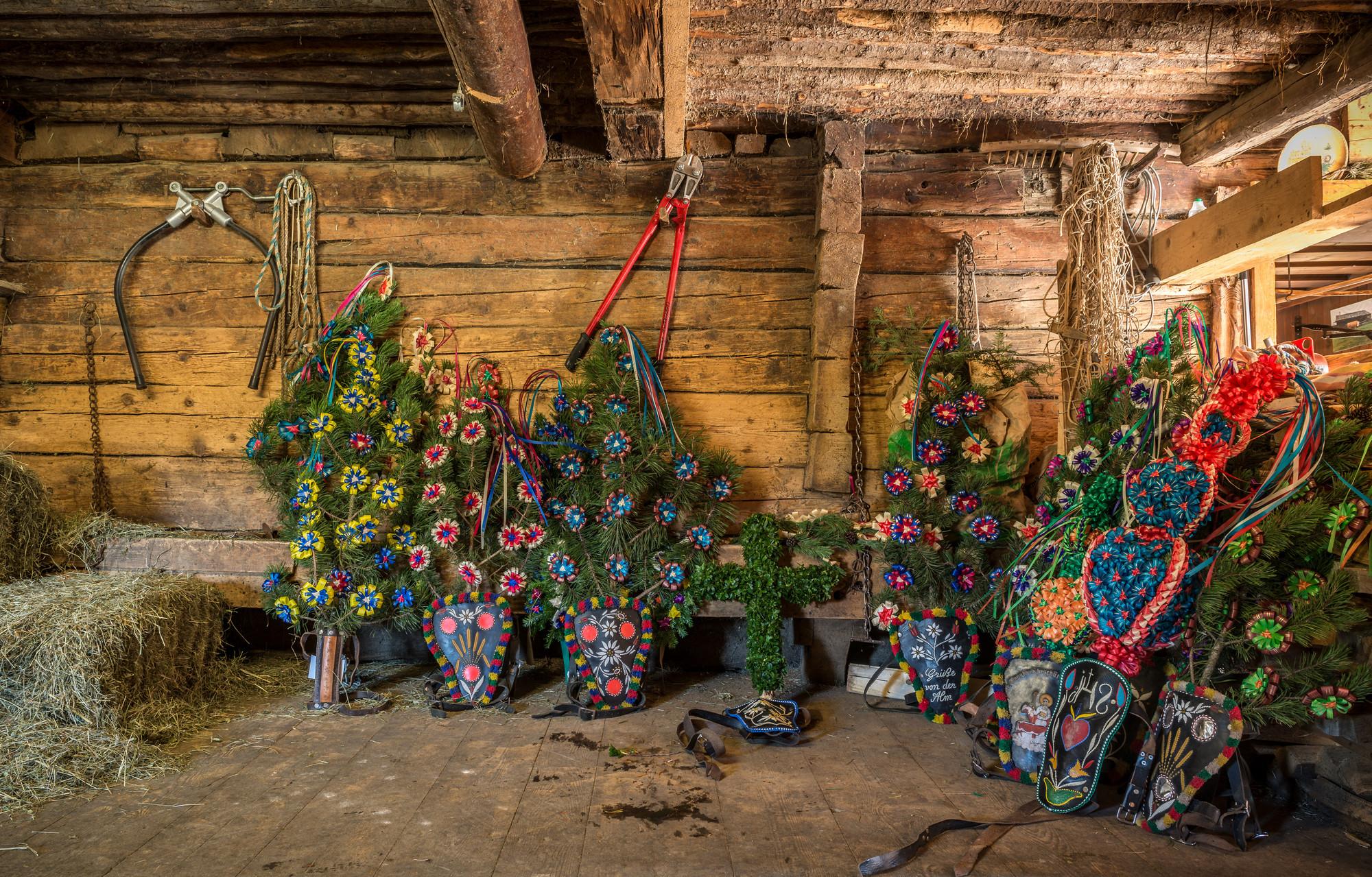 Blumenschmuck für den Almabtrieb steht für die großen Festlichkeiten in einem Raum bereit.