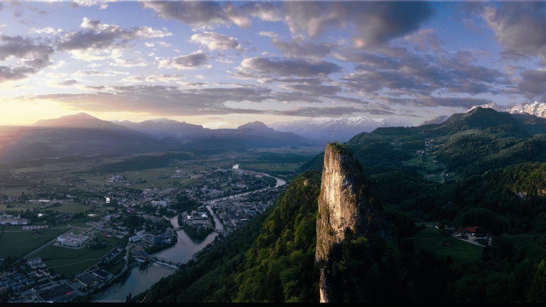 Hallein im Salzachtal, Luftaufnahme, rechts im Vordergrund der Bamrstein
