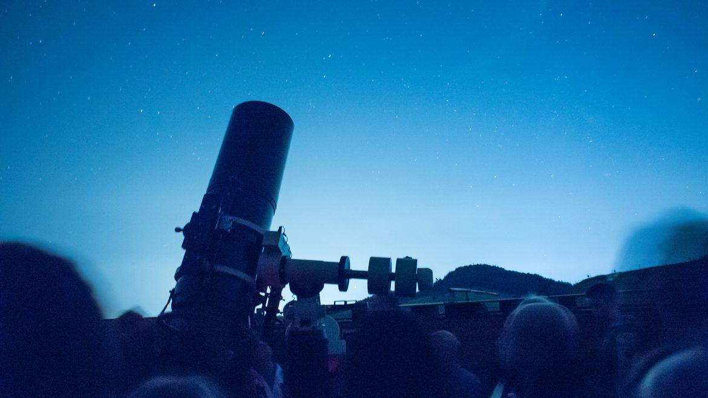 Teleskop der Sternwarte Voggenberg gegen den Abendhimmel gerichtet