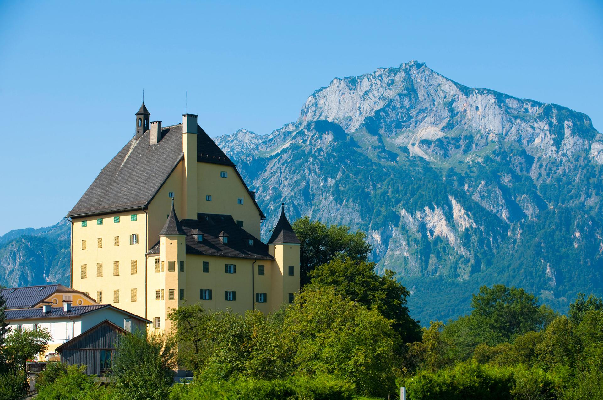 Schloss Goldenstein, im Hintergrund der Untersberg