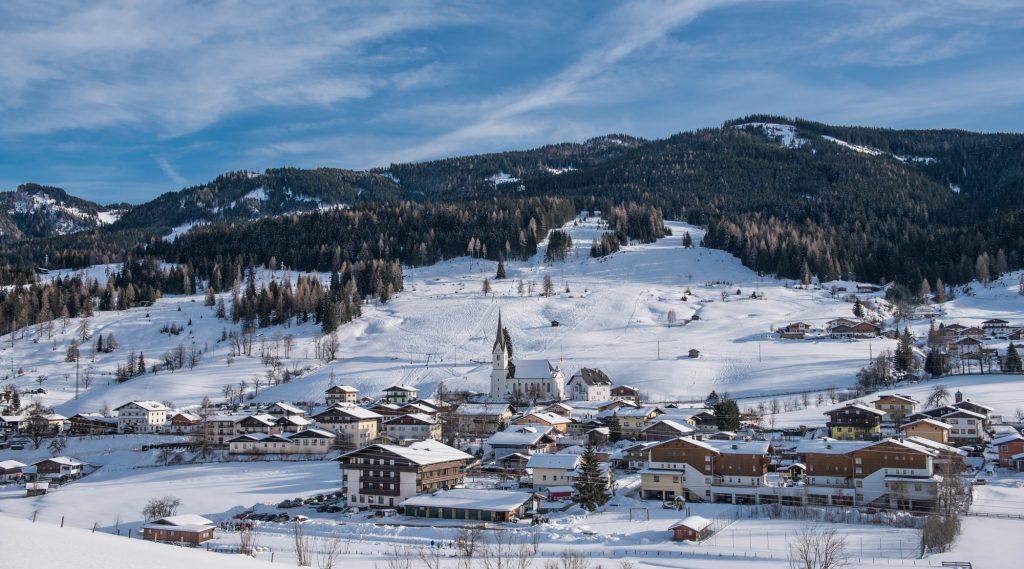 Blick auf das winterliche Embach.