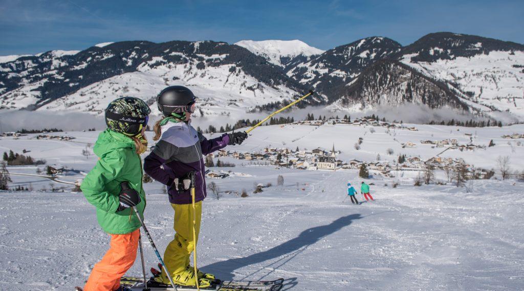Kinder beim Skifahren in Embach.