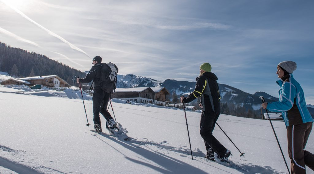 Zwei Schneeschuhwanderer im Tiefschnee