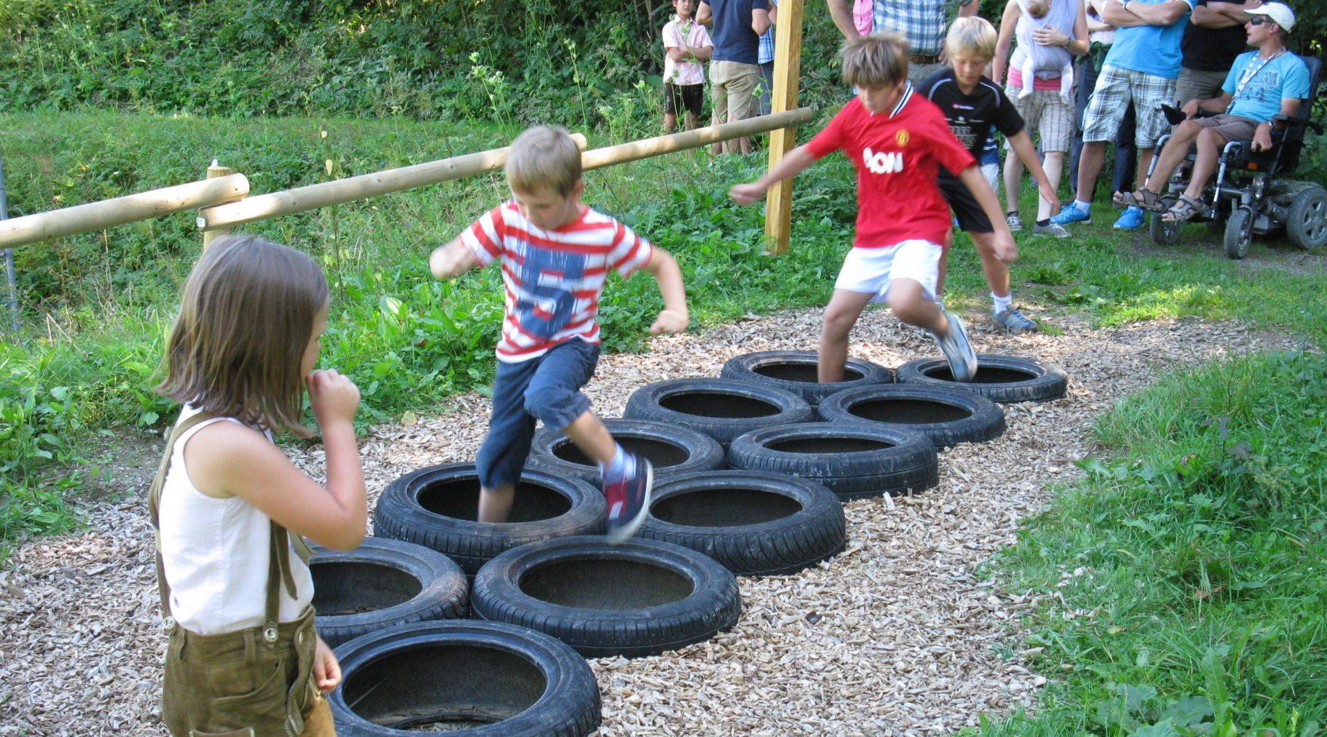 Kinder springen über Hindernisse bei Forstis Fitnessparcour