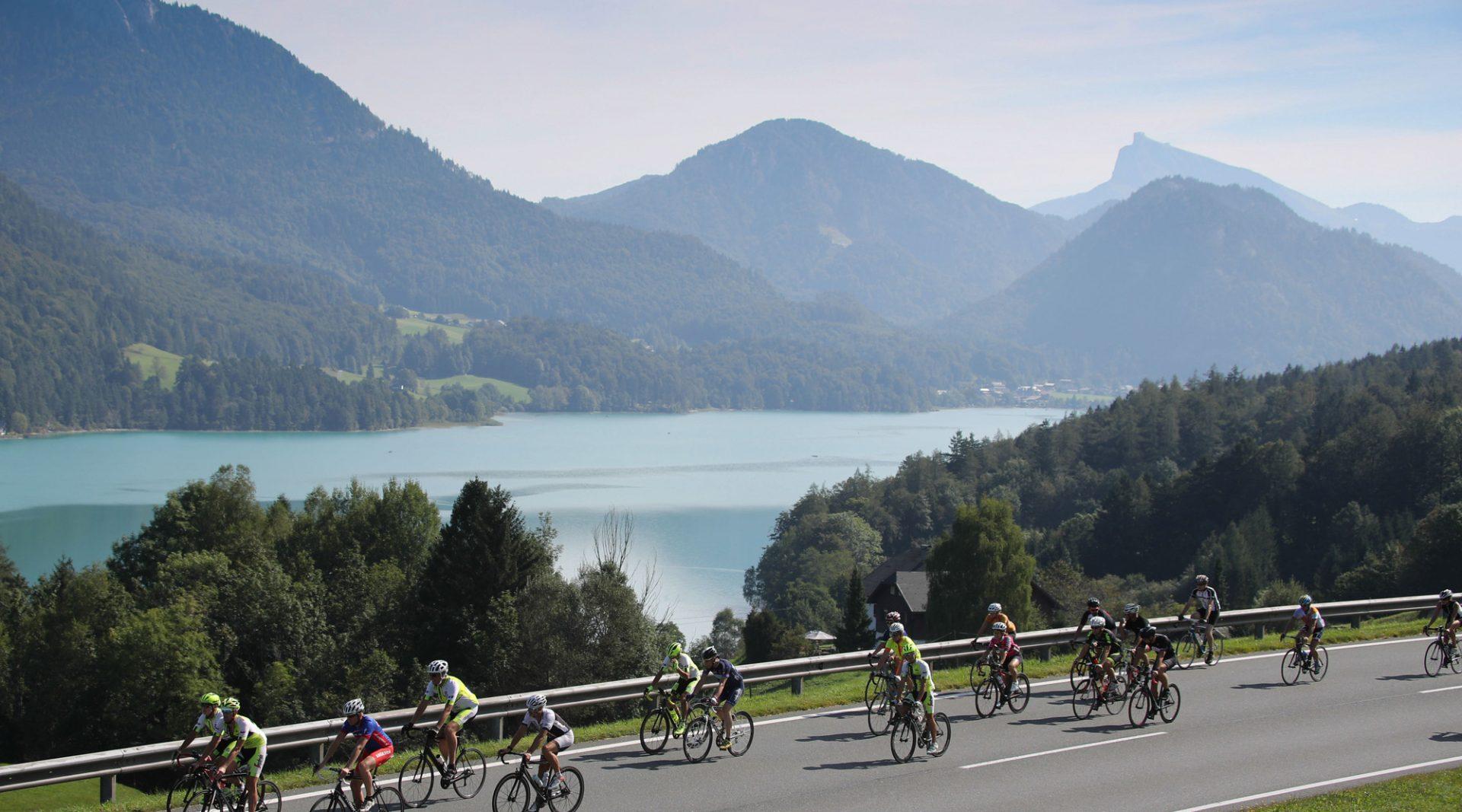 Impressionen von der Eddy Merckx Classic Charity-Ausfahrt in der Fuschlseeregion. Im Hintergrund der Fuschlsee.