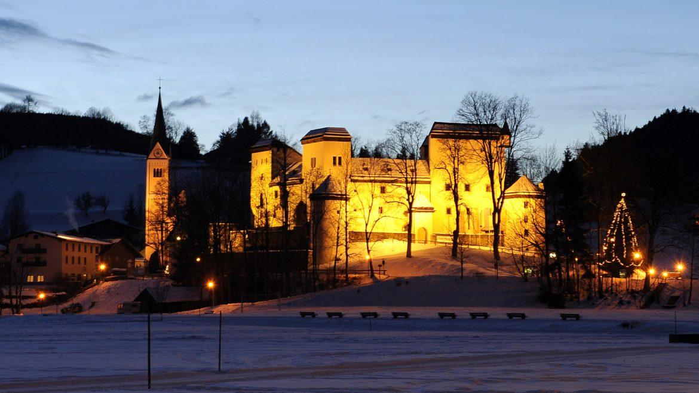 Das Schloss Goldegg beleuchtet in der Aventszeit