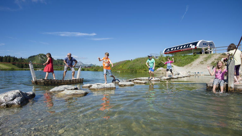 Kinder spielen am Grafenberg in Wagrain-Kleinarl im Wasser
