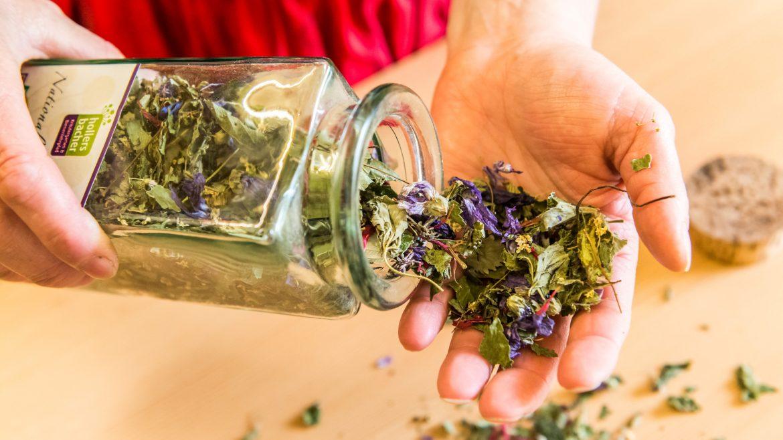 Tee aus getrockneten Kräutern