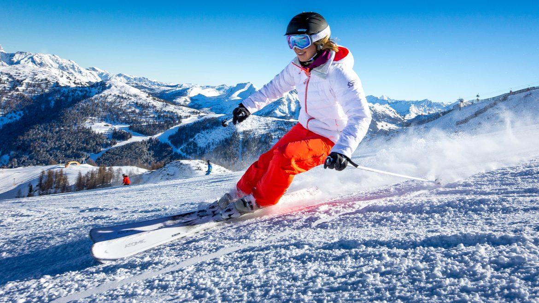 Skifahrer auf der Piste bei Sonnenschein