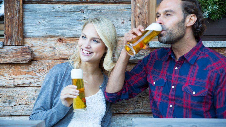 Junges Paar genießt Bier auf der Alm