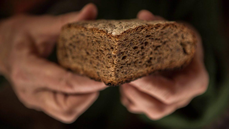 Frisches Brot in Händen