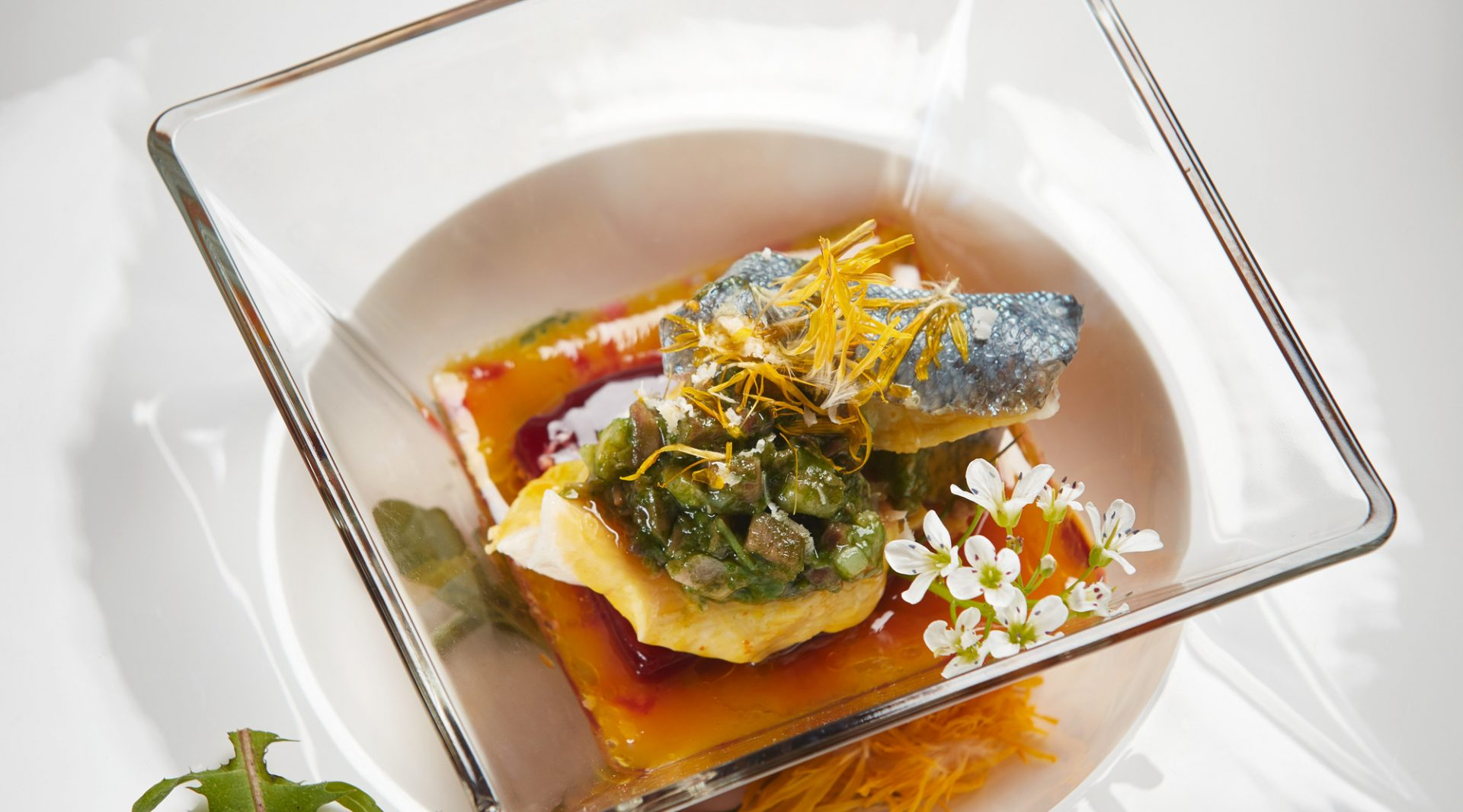 Fischgericht schön garniert mit Blüten