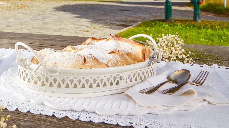 Salzburger Nockerl stehen am gedeckten Tisch