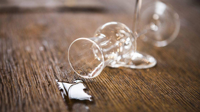 Schnapsbrennerei mit umgefallenem Schnapsglas