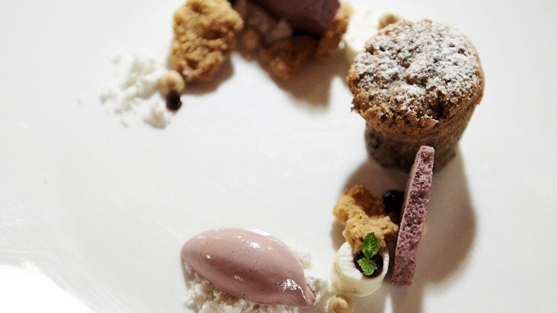 Ein Teller mit süßen Dessertvariationen