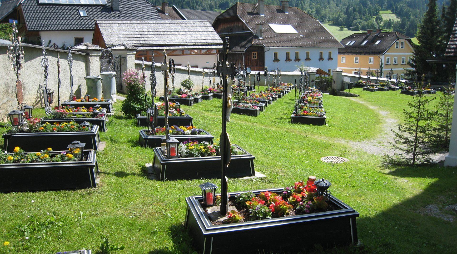 Der Friedhof von Lessach im Lungau mit schmiedeeisenen Kreuzen auf den Gräbern im Sommer