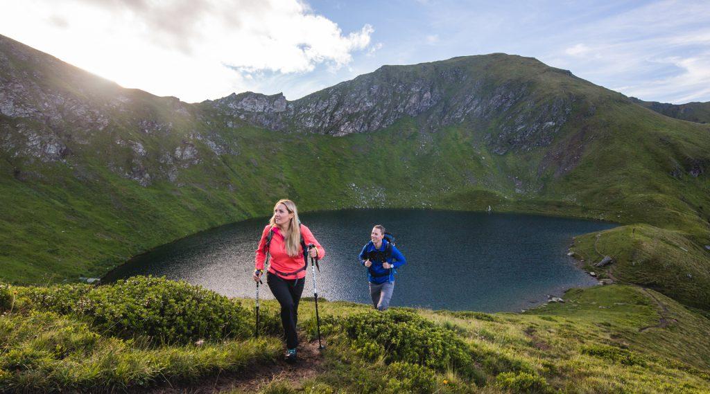 Frau und Mann beim Wandern über dem Twenger Almsee