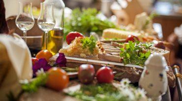 Ein reich gedeckter Frühstückstisch mit vitalen hausgemachten Spezialitäten