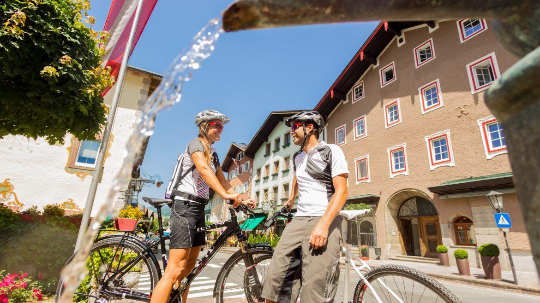 2 Radfahrer am Marktplatz von Golling
