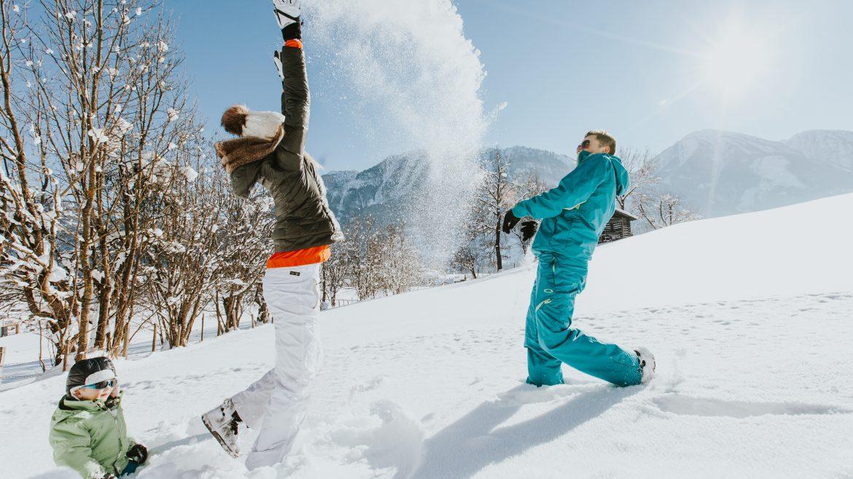 Familie beim Schneespaß, Salzburger Sonnenterrasse im Winter (c) Salzburger Sonnenterrasse