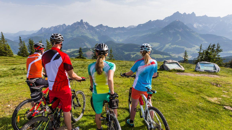 Junge Mountainbiker am Berg blicken in die Ferne