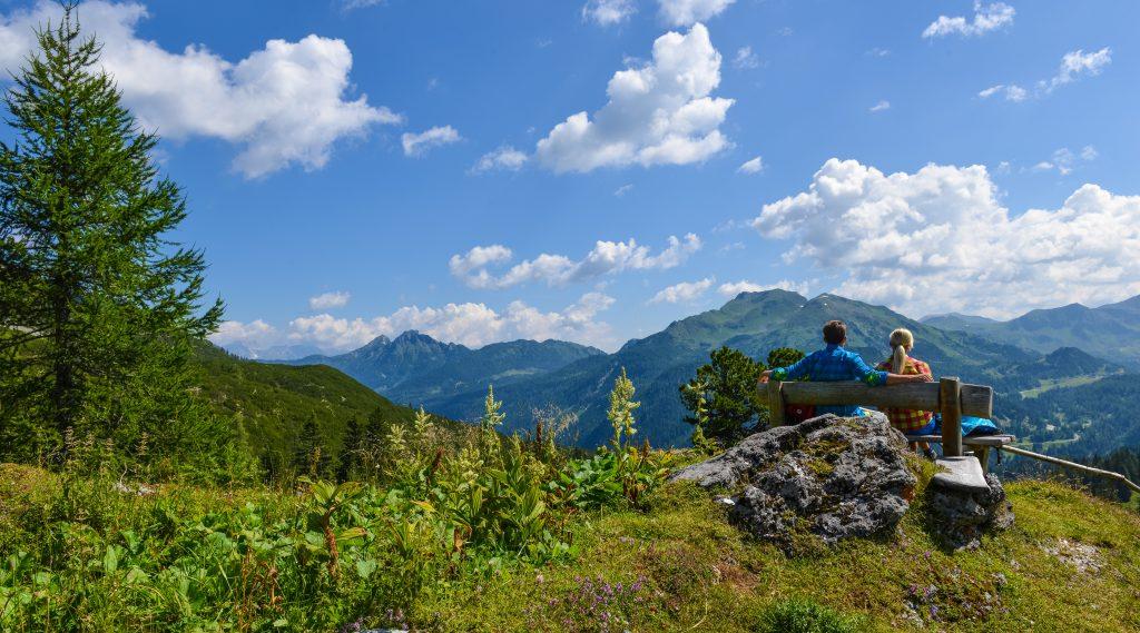 Obertauern im Sommer mit Paar bei der Rast am Berg