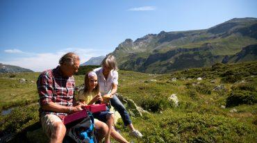 Großeltern und Mädchen machen eine Rast, Wander in Rauris, Nationalpark Hohe Tauern