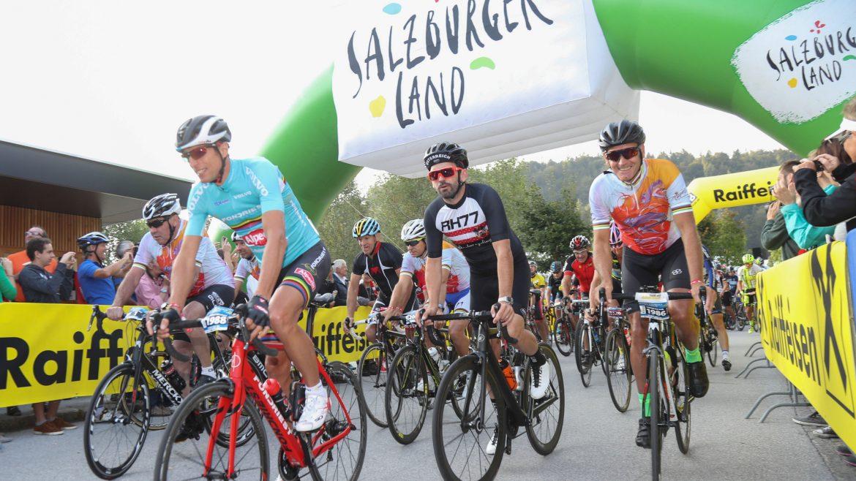 Rennradfahrer am Start der Eddy Merckx Classic Salzburg