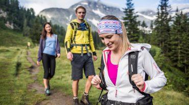 Wandern in der Gruppe, Almsommer, Natur, Wandern, Frau, Dame, Herr, Mann, sportlich, aktiv, Abenteuer, Bäume, Berge